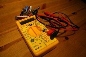 Comment tester des piles avec un voltmetre